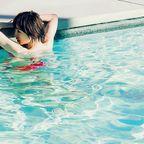 納涼。プールと水着や裸のえっちなお姉さんの画像100枚