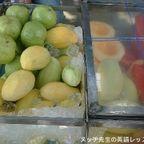 屋台の果物屋で果物を買う on ランナム通り