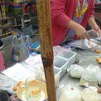 ソットテーサバーンタムボンガムペーン市場で朝食の買出し in シーサケート県