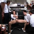 男共にバイブでオナニーを見せつけ自分が興奮するOL熟女は精子を自分の体で受けるスケベ痴女